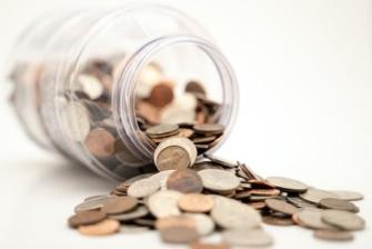 Burka ar monētām uz baltā fona