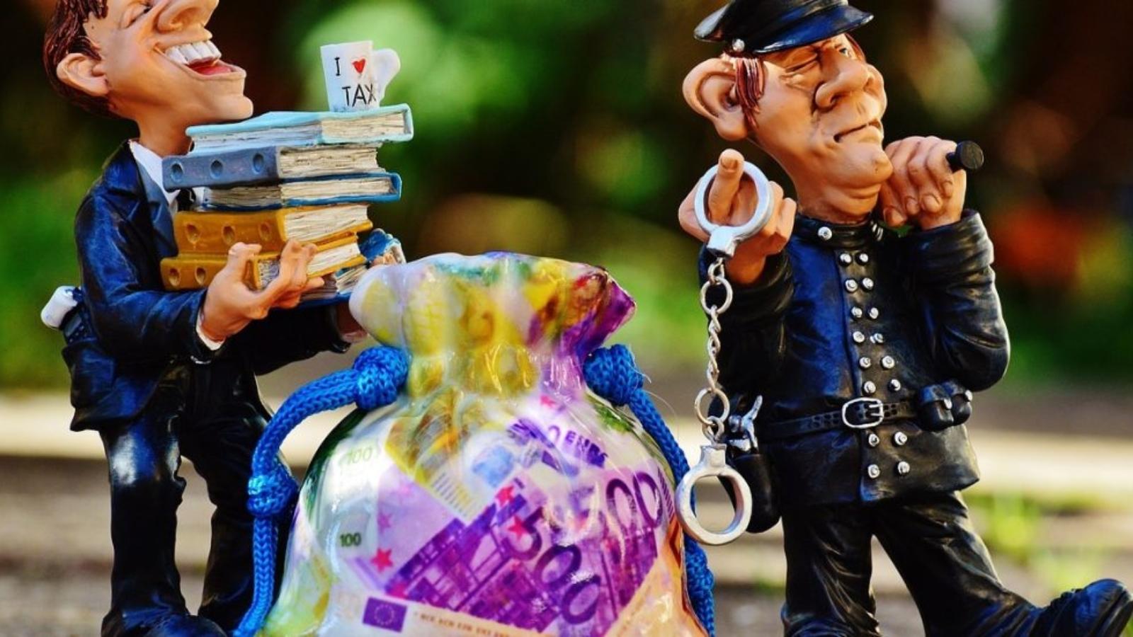 Rotaļlietas grāmatvedis ar mapēm un policists ar rokasdzelžiem.