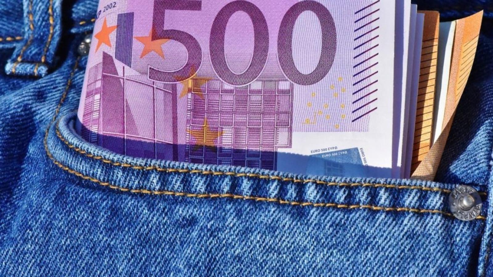 Vairākas eiro banknotes džinsu kabatā