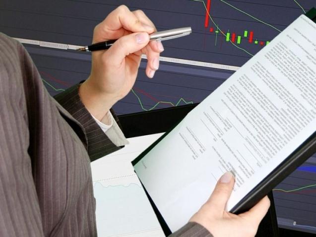 Sieviete, kas tur pildspalvu kreisajā, bet baltu papiru ar mapi labajā rokā.