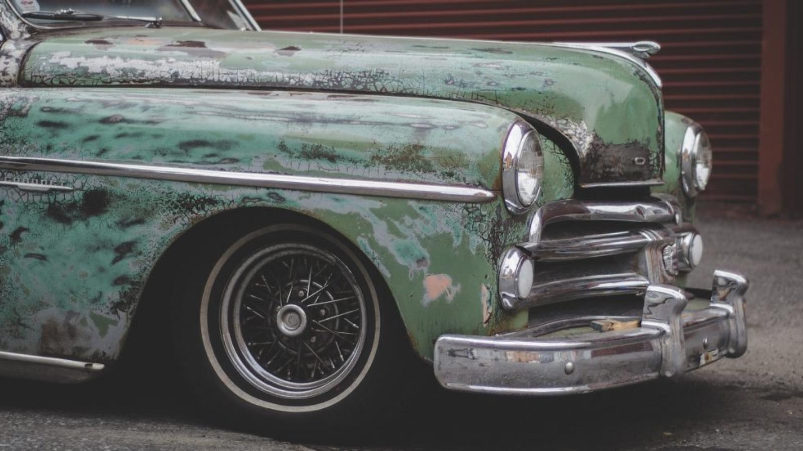 Vecs automobilis zaļajā krāsā