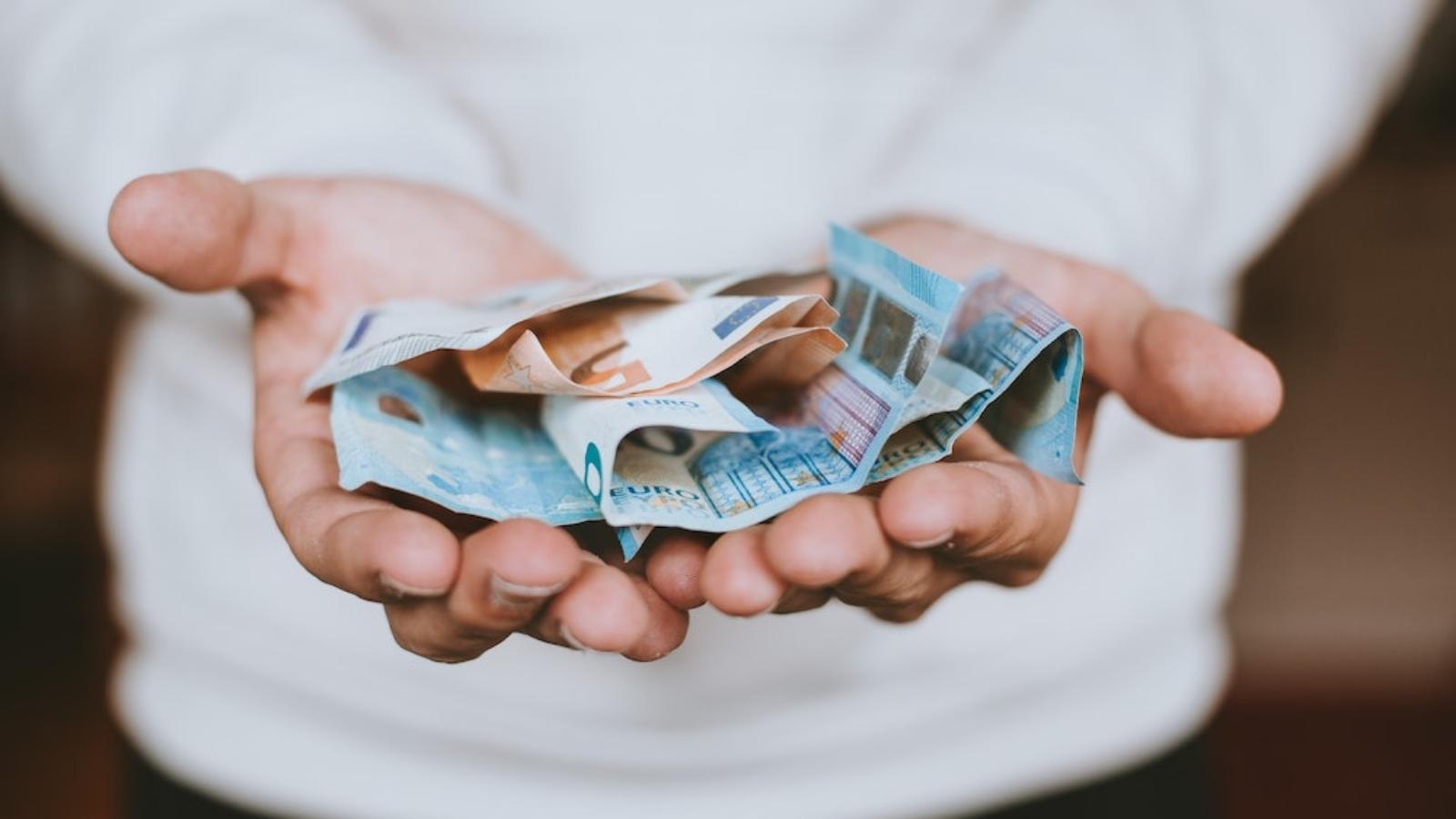 Eiro banknotes virieša rokās